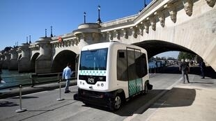 The electric-powered driverless EZ10 minibus carried out its first test on the banks of the river Seine under the Pont-Neuf bridge on Saturday.