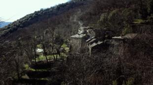 Au creux d'une vallée sauvage, le Hameau de Bolze où vivent Sandrine Taine et Pascal Waldschmidt, installés en Ardèche depuis 1974.