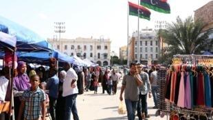 80% de la population active travaille dans le secteur public. La plupart de ces personnes payées par l'Etat occupent des emplois fictifs. Beaucoup de gens touchent leurs salaires sans travailler. La place des Martyrs, à Tripoli.