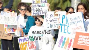 Manifestantes de la 'Marcha por nuestras vidas' pidiendo un mayor control de las armas, Miami Beach Senior High School, Miami, Florida, 24 de marzo de 2018.