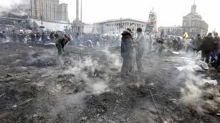 Майдан Независимости в Киеве после столкновений между милицией и манифестантами 20 февраля 2014