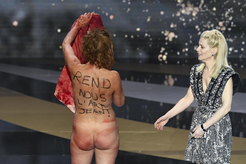 La actriz Corinne Masiero se desnudó en la ceremonia de los César para protestar por el cierre de las salas de cine.