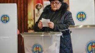 Moldova : Tại một phòng phiếu gần thủ đô Chisinau, ngày 30/11/2014.