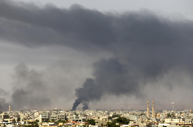 Humo en la ciudad de Bengasi, este 27 de julio de 2014.