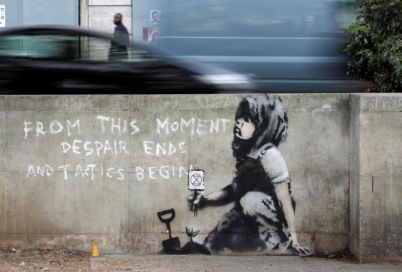 """Bức tranh tường tại Luân Đôn ủng hộ phong trào Nổi dậy chống Hủy diệt, được cho là do """"Banksy"""" sáng tác."""
