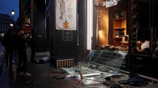 """Una tienda de ropa vandalizada durante la manifestación de los """"chalecos amarillos"""" en París, el 8 de diciembre de2018."""