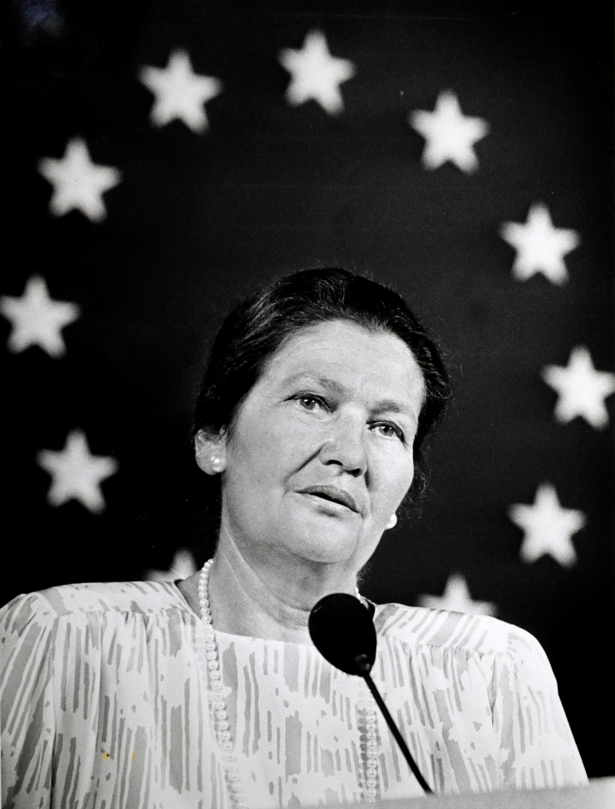 Discours de l'ancienne présidente du Parlement européen, Simone Veil, le 21 mai 1989 à Paris. Derrière elle, le drapeau de l'UE.