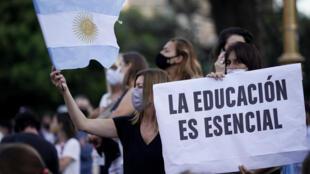 «L'éducation, c'est essentiel», peut-on lire sur la banderole des manifestants contre la fermeture des écoles en Argentine, en raison du regain de la pandémie de Covid-19, devant le ministère de l'Éducation à Buenos Aires, le 16 avril 2021.