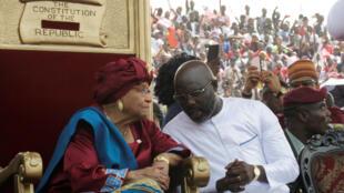 Rais mpya wa Liberia, George Weah, na Rais anayemaliza muda wake Ellen Johnson Sirleaf wakati wa sherehe za kukabidhiana madaraka Januari 22, 2018.
