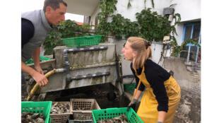Floriant Gaussem et sa sœur ont choisi l'ostréiculture, dans les pas de leur grand-père. Ils vantent la tradition.