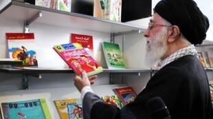 ۱۳۹۱ - بازدید آیتالله خامنهای از نمایشگاه كتاب تهران