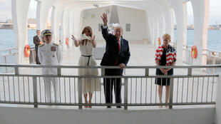 Melania et Donald Trump à l'USS Arizona Memorial, à Honolulu, sur l'île d'Hawaï, vendredi 3 novembre, avant leur départ pour leur tournée en Asie qui débute ce samedi 4 novembre au Japon.