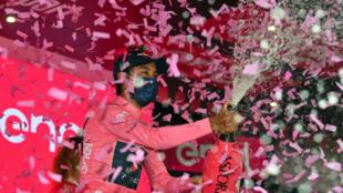 El colombiano Egan Bernal celebra con la malla rosa en el podio de la etapa 13 del Giro de Italia, entre Ravenna y Verona, el 21 de mayo de 2021