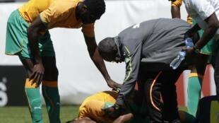 Tras la caída, el marfileño Didier Drogba es atendido en el terreno de Sion, en Suiza. El Mundial quizás se haya acabado para él antes de empezar.