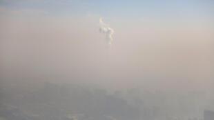 Epais nuage de pollution à Pékin, sous alerte rouge: une image récurrente de la capitale chinoise (décembre 2016).