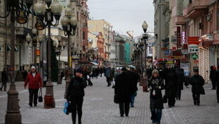 Les Russes font face à une grave crise du rouble, la monnaie nationale a perdu plus de la moitié de sa valeur en un an. (Photo: rue Arbat, à Moscou).