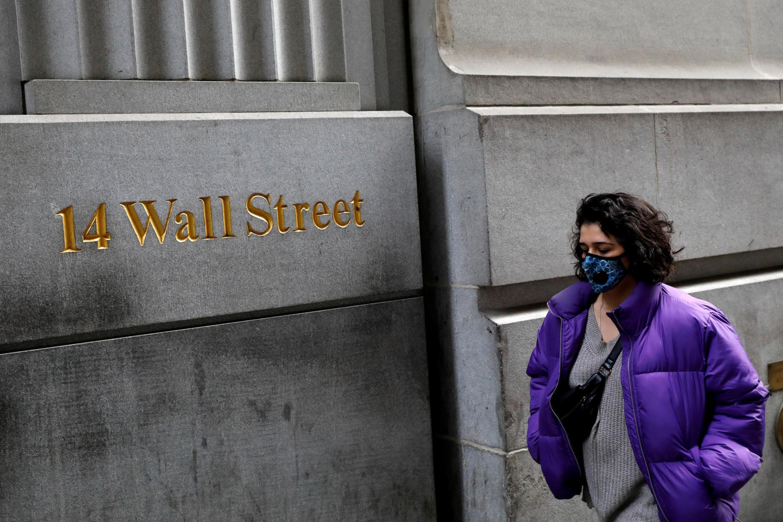 Cư dân New York cũng lo phòng thân khi ra đường trong mùa dịch Covid-19: Một khách bộ hành trên phố Wall Street ngày 06/03/2020.