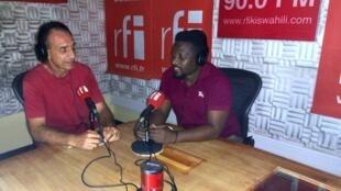 Gerard Bruno (Kushoto)  mwanamuziki wa Ufaransa anayeishi nchini Tanzania, akihojiwa na Mwandishi wa RFI Ali Bilal studio