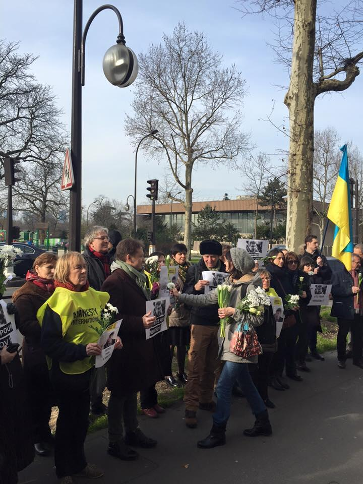 Акция памяти в годовщину убийства Бориса Немцова у российского посольства в Париже