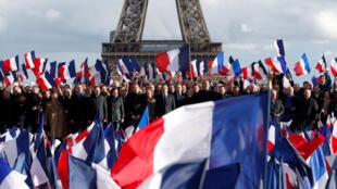 Франсуа Фийон со сторонниками, которые пока не покинули его лагерь, на фоне главной парижской достопримечательности