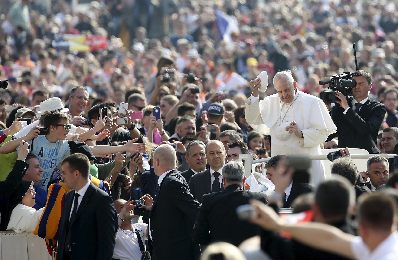 Giáo hoàng Phanxicô bắt tay các tín hữu tại quảng trường Thánh Phêrô ngày 15/04/2015.