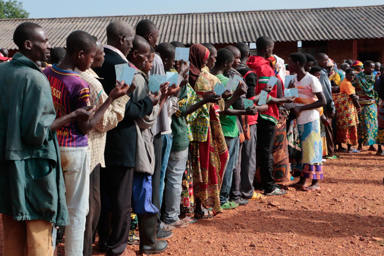 Des Burundais attendent pour aller voter aux élections générales à Ngozi, mercredi 20 mai 2020.