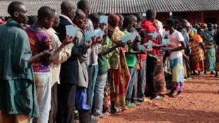 (Illustration) Des Burundais attendent pour aller voter aux élections générales à Ngozi, mercredi 20 mai 2020.