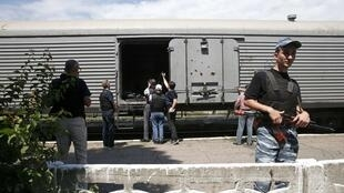 """Наблюдатели ОБСЕ инспектируют вагоны с телами жертв крушения """"Боинга-777"""" малайзийских авиалиний"""