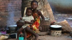 Enfants réfugiés près de l'église Saint-Sauveur de Bangui, en Centrafrique, novembre 2015.