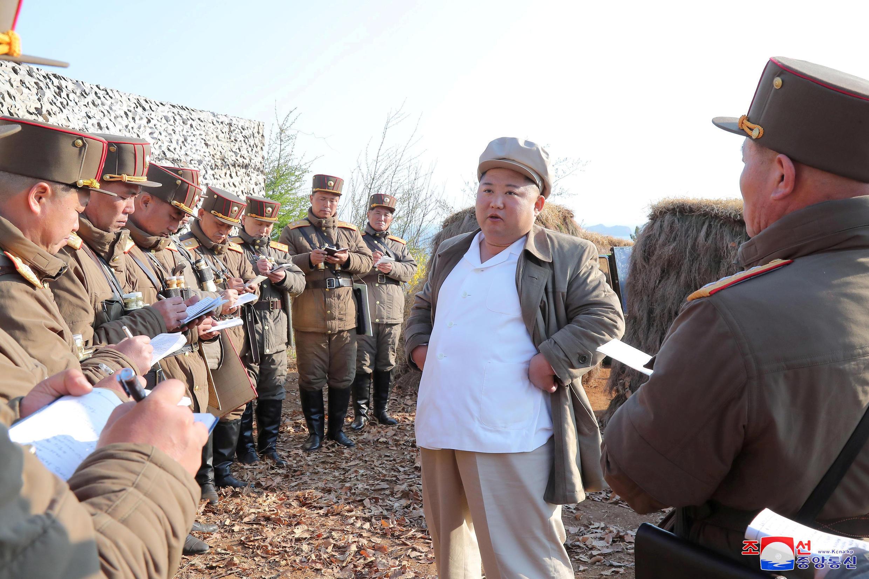 朝中社4月10日发表的金正恩视察部队资料图片