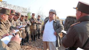 朝中社4月10日發表的金正恩視察部隊資料圖片