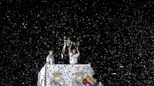 Jagoran Real Madrid Iker Casillas ya daga kofin Sarki da suka lashe bayan sun doke Barcelona
