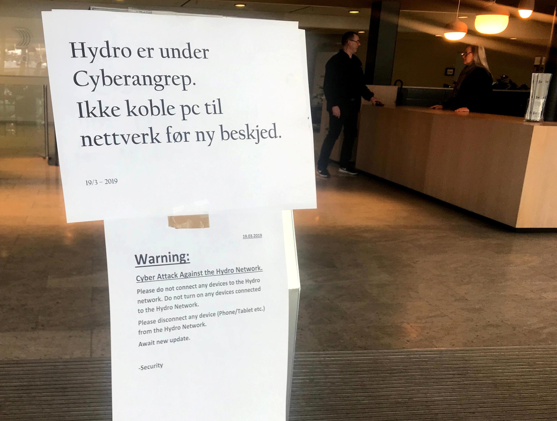 Une note a été placée à l'entrée du siège de la société Norsk Hydro à Oslo en Norvège avertissant les employés de ne pas se connecter au réseau suite à une cyberattaque de leur site, le 19 mars 2019.