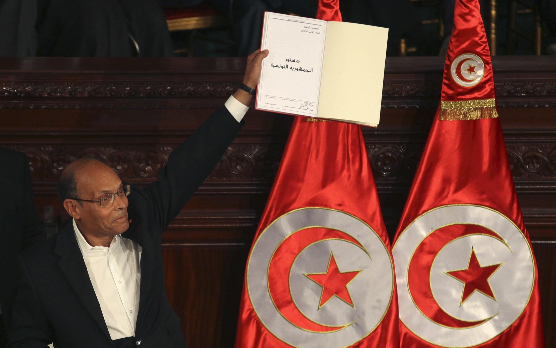 Le président tunisien, Moncef Marzouki, tenant la nouvelle Constitution après son adoption, le 27 janvier dernier.