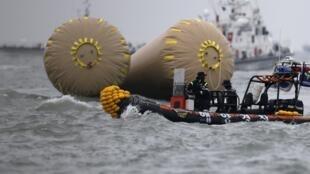 Des sauveteurs sur le site du naufrage du ferry Sewol, en mer Jaune, le 19 avril 2014. Sur les 476 passagers, 174 ont été sauvées, selon un bilan dressé trois jours après le naufrage.