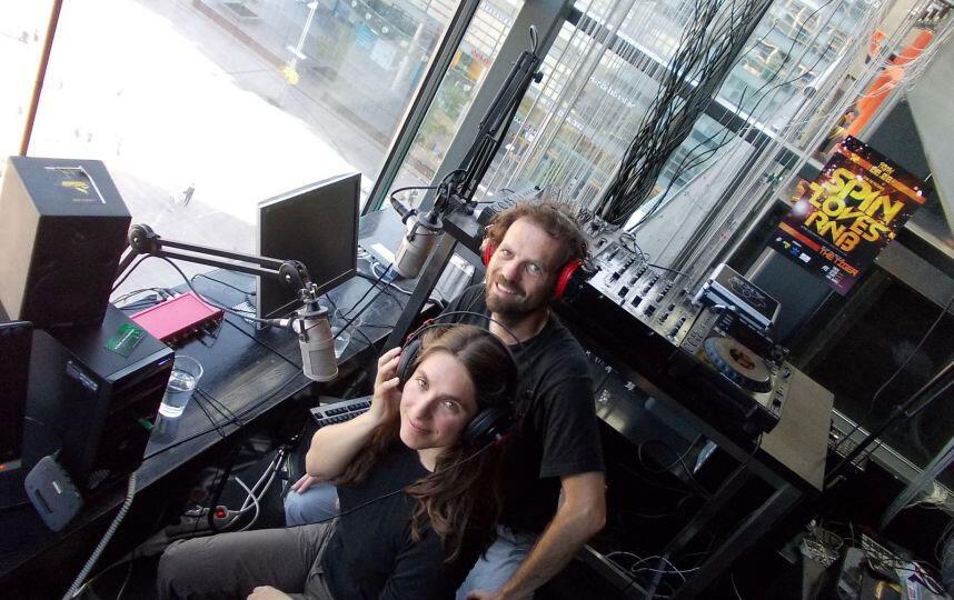 Tristan Cailler et Mélanie Gourdon dans un studio radio à Helsinki.