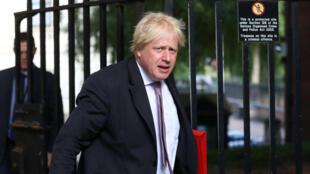 A primeira-ministra britânica Theresa May atribuiu nesta segunda-feira as demissões do ministro das Relações Exteriores, Boris Johnson, e o do Brexit, David Davis, a divergências sobre a saída da União Europeia (UE).