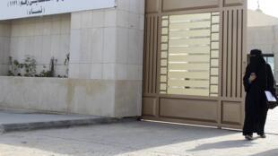 Une femme quitte son bureau de vote à Riyad, le 12 décembre 2015.