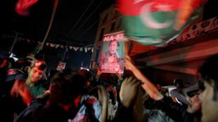 Simpatizantes de Imran Khan, del partido Pakistan Tehreek-e-Insaf (PTI)  celebran en Islamabad, Pakistán el 25 de julio de 2018.