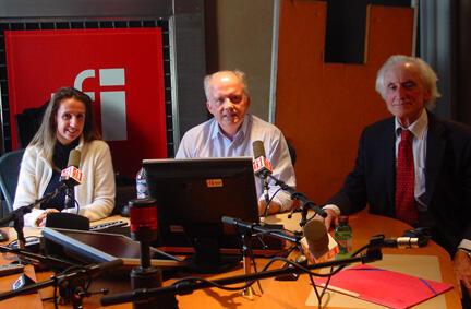 (de g. à d.) Emmanuelle Crane, Pierre-Edouard Deldique et Komnen Becirovic, dans les studios de RFI.