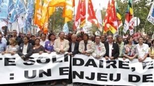 Sindicatos desfilam na manifestação contra reforma da aposentadoria, em Paris.