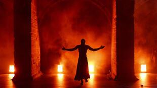 """O espetáculo """"Au delà"""", do coreógrafo congolês DeLaVallet Bidiefono, fez parte dos eventos da programação africana da 67ª edição do Festival de Teatro de Avignon."""