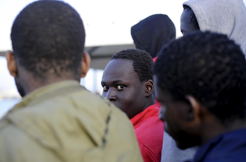 Des migrants arrivent dans le port de Trapani, en Sicile, le 17 avril 2015.