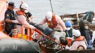 Spanish coastguards rescue Senegalese migrants, 2006