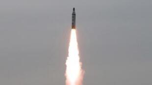 Imágen del misil que Corea del Norte disparó el lunes 29 de mayo 2017