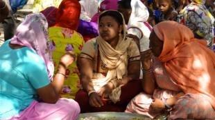 Des femmes sidis prennent le repas lors d'un mariage à Jamnagar, au Gujarat.