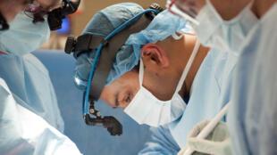 El cirujano torácico Ankit Bharat, del Northwestern Memorial Hospital de Chicago.