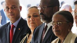 Les candidats à la présidentielle en Haïti, Michel Martelly (G) et Mirlande Manigat (D) à Port-au-Prince le 13 janvier 2011.