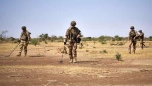 Wasu sojojin Faransa yayi binciken bama-baman da ake binnewa a gefen hanya a arewacin Burkina Faso.