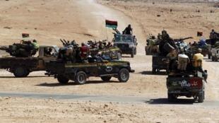 Wapiganaji wa Baraza la Taifa la Mpito NTC wakiwa Magharibi mwa Jiji la Sirte